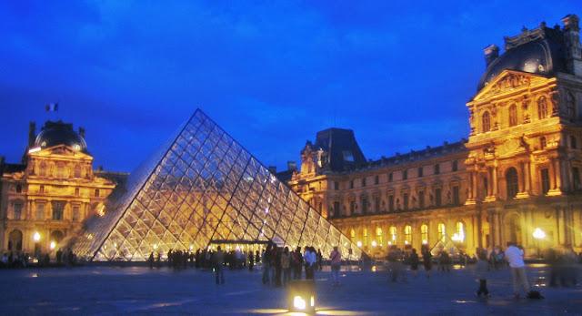 Patio con la Pirámide del Musée Museo del Louvre de noche en París
