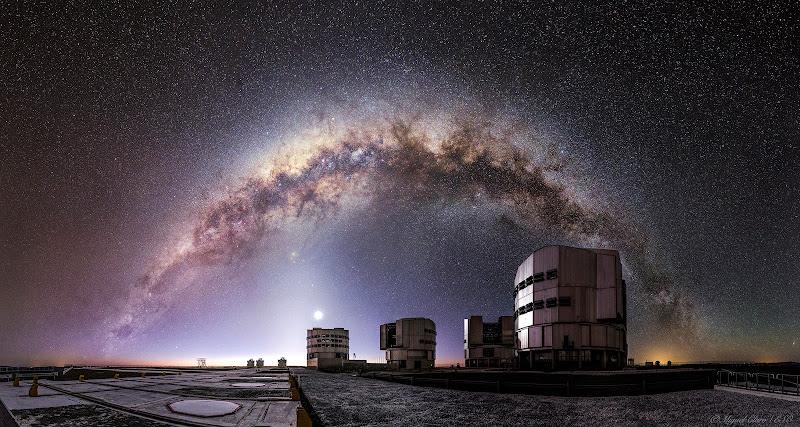 Trọn vẹn dải Ngân Hà trên bầu trời Kính Thiên văn Rất lớn (VLT) thuộc Đài Quan sát Nam Châu Âu ở Đài Quan sát Paranal tại Hoang mạc Atacama của Chile. Hình ảnh này được chụp khi kết thúc hoàng hôn hàng hải, khoảng một giờ sau khi Mặt Trời lặn. Vào thời gian này, ánh sáng Mặt Trời khuếch tán vào các lớp khí ở gần chân trời khiến có một dải sáng mờ không ranh giới với bầu trời đêm chạy dọc theo ở đây. Hình ảnh: Miguel Claro.