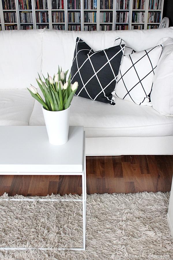 H&M Home ristikkoruutu koristetyynynpäällinen skandinaavinen sisustus mustavalkoinen hay tarjotinpöytä tulppaani valkoinen koti