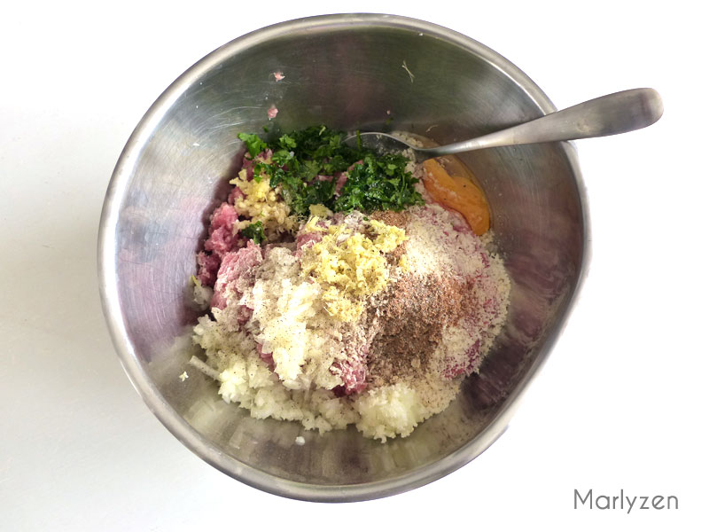 Mélangez tous les ingrédients des boulettes.