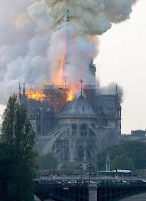صورة للحريق الذي اندلع بكاتدرائية نوتردام