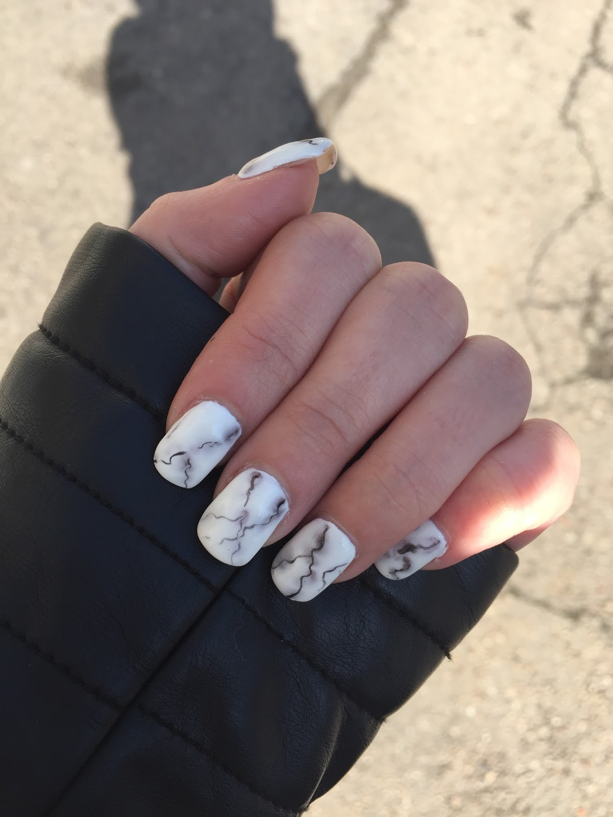Pour la deuxième fois, mes ongles ayant bien poussé, pas d\u0027expions mais  juste du gel. Une forme carré arrondi et un effet marbré pas simple du tout  à