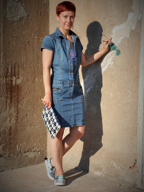 Hilfiger denim dress over crop top, Max&Co. shark clutch, plaid slip ons | Funky Jungle - Mindful fashion & quirky personal style blog