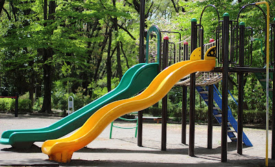 公園にある緑と黄色の二台の滑り台