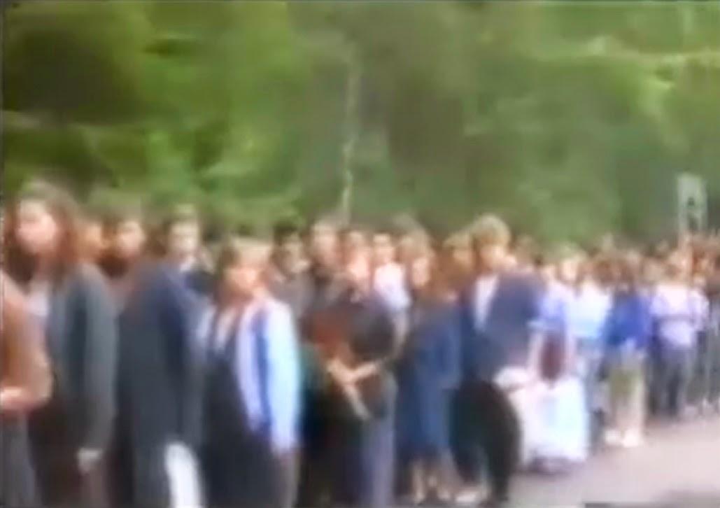 Похороны Виктора Цоя: очередь к могиле