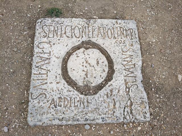 Piedra de la argolla para sujetar el telón del Teatro romano de Clunia