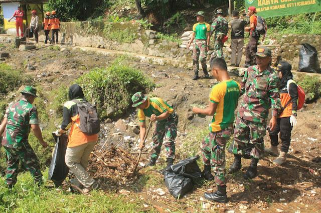 Gandeng BPBD Sukabumi, Yonarmed 13 Kostrad Bersama Masyarakat Bersihkan Sungai Cicate