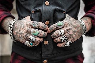 Ilustrasi Memakai Cincin di jari tangan