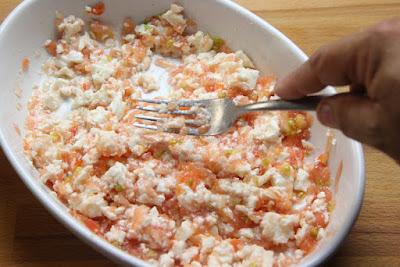 mezclamos el tomate rallado y el queso fresco