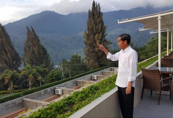 Presiden Jokowi menikmati keindahan alam Danau Toba