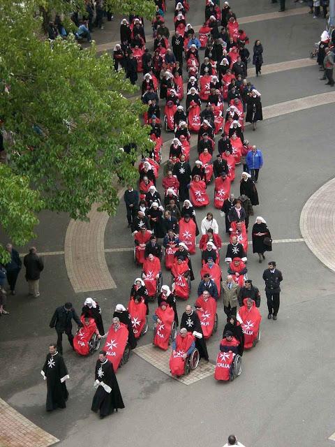 Procissão de doentes em Lourdes conduzidos por cavaleiros e voluntários da Ordem de Malta