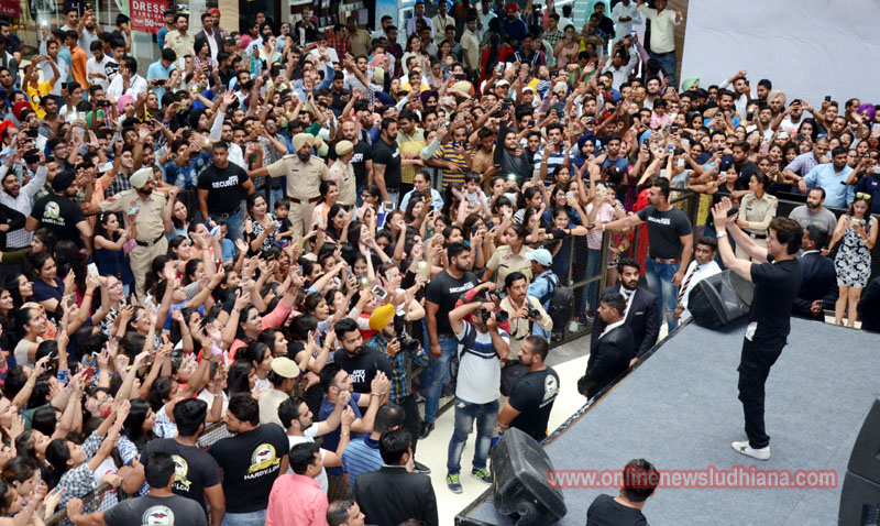 Shah Rukh Khan performs on stage in a mall promoting upcoming movie Jab Harry Met Sejal