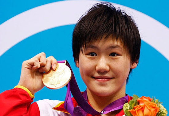 Smiling Ye Shiwen shows her Gold Medal in London Olympic 2012