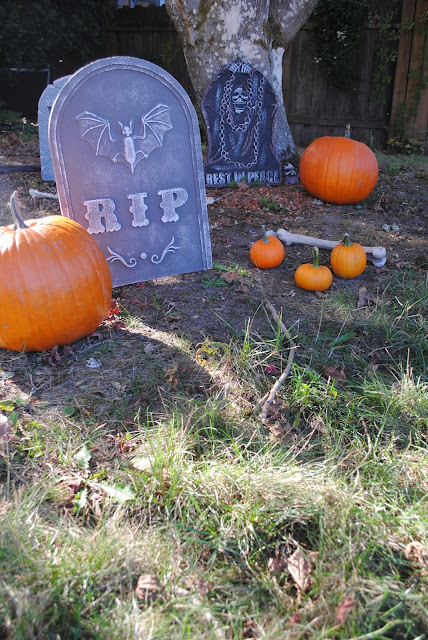 Pumpkin-patch-Halloween-graveyard-decor