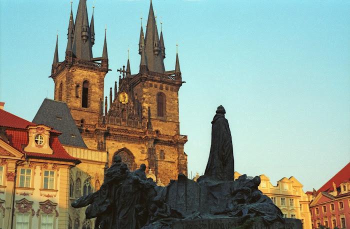 Prague, place de la Vieille-Ville, Staroměstské náměstí, Jan Hus, Tyn, © L. Gigout, 1990