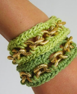 http://chabepatterns.com/free-patterns-patrones-gratis/jewelry-joyeria/bracelets-with-chain-pulseras-con-cadena/