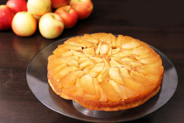 Up-Side-delicious-apple-cake-cool-down