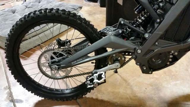 """Un conjunto de """"pedales"""" se puede adaptar a la Luna Sur-Ron como una opción por $ 150 adicionales"""