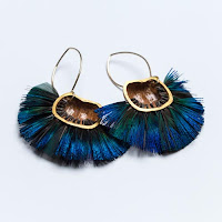 Boucles d'oreilles noisettes et plumes de paon, Marine Cauvin, Exposition Jardins Parisiens, Galerie de la Marraine