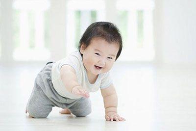 Các mốc phát triển của trẻ sơ sinh trong năm đầu đời