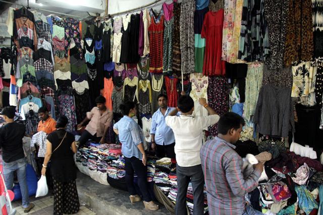 एक ऐसी मार्केट, जहां 12 रुपए किलो में बिकतें हैं फैशनेबल कपड़े - newsonfloor.com