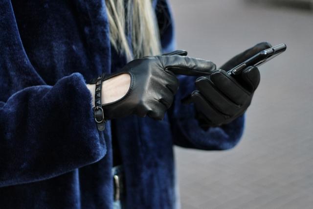 Outfit met leren touchscreen handschoenen van Napogloves en blauwe Zaful faux fur jas bontjas kimomo Monki jeans bullboxer biker boots blogger streetstyle Arnhem