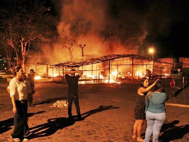 Veja Video de Incêndio destruindo  barraca de São João da Igreja Católica em Itagimirim