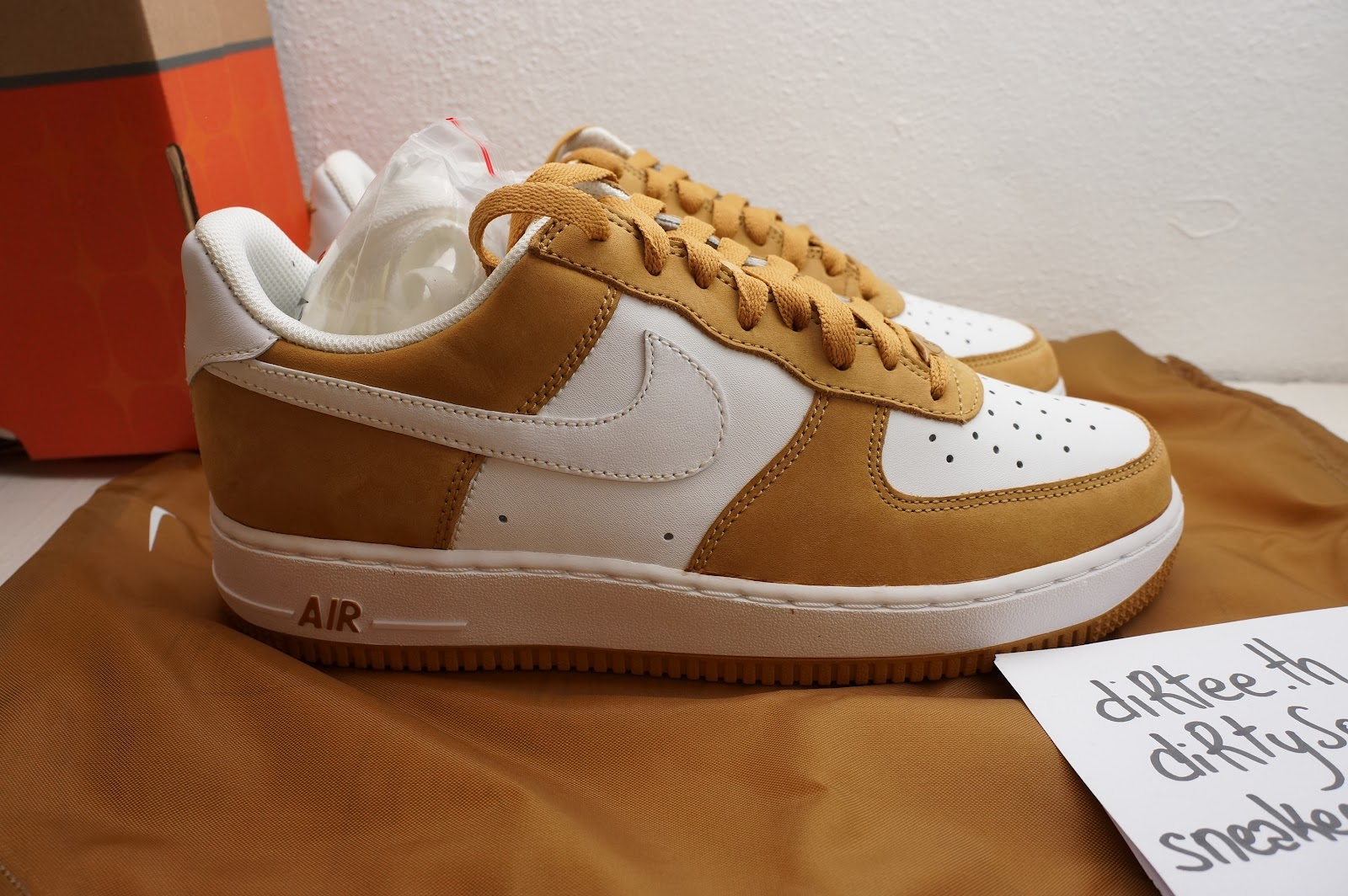 differently 1eb82 b9f4a NIKE - Air Force 1. France   Courir Exclusive - Barcode 306353-911