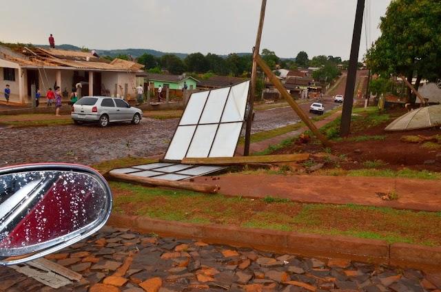 Chuva com ventos fortes causam estragos em Roncador