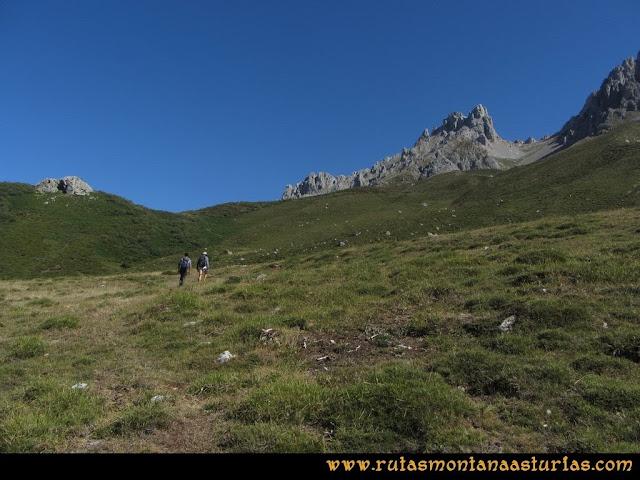 Ruta a la Torre del Friero: Subiendo por pradera