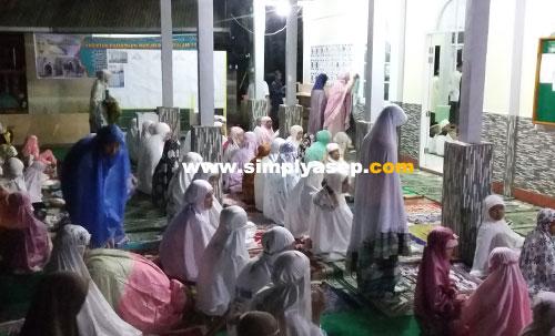 JAMAAH PEREMPUAN : Khusus tuntuk jamaah perempuan pada malam pertama pelaksanaan Shalat Tarawih di Masjid Babussalam Duta Bandara Kubu Raya berad di teras yang bersih dan sudah dilengkapi dengan karpet dan kipas angin. Foto Asep Haryono