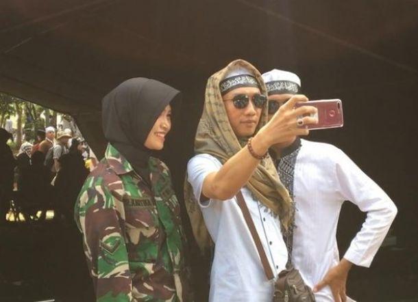 Diajak Berfoto Peserta Reuni, Tentara Cantik Ini Ajukan Syarat Sambil Tersenyum