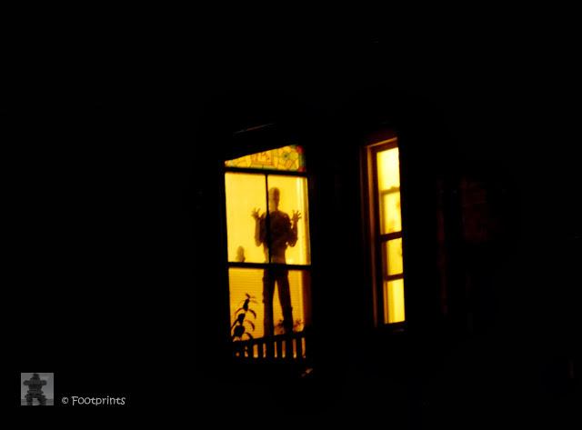 """Echt gegruselt hatte ich mich aber neulich Abend, als in einem Haus das schon bei Tag aussieht wie aus """"Psycho"""", dieser Schatten in einem Fenster auftauchte! .... oder war der etwa echt???"""