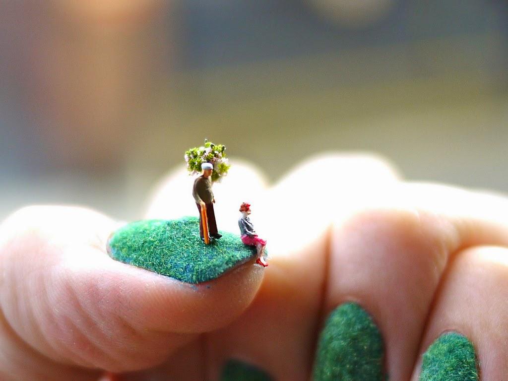 decoración de uñas pareja de ancianos sentados en un pasto