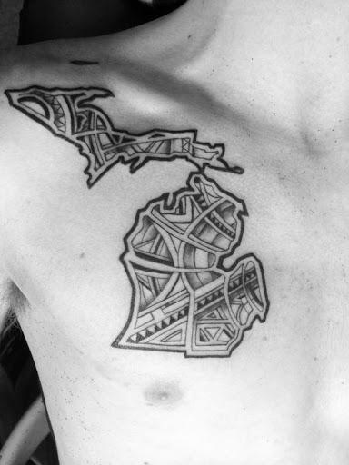 Este estilizado tatuagem no peito