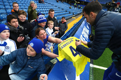 Cesc Fabregas dari Chelsea memberikan tandatangan untuk fans - Judisessions