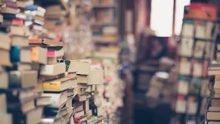 tanti libri ammucchiati uno sopra all'altro