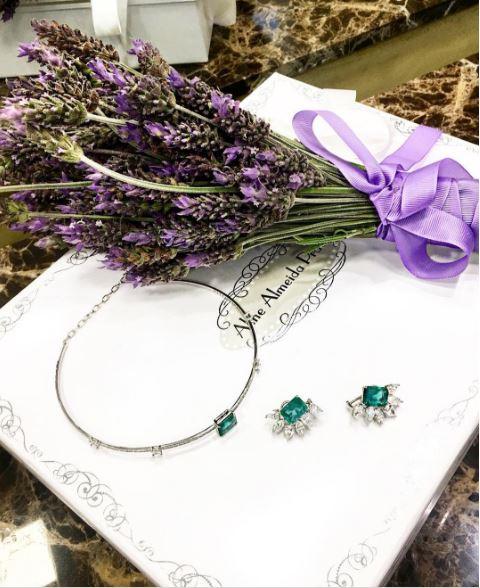 bouquet e jóias foto
