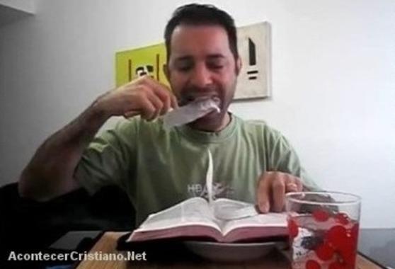 Pastor brasileño comiendo la Biblia