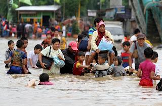 Banjir yang mengakibatkan masyarkat mengungsi