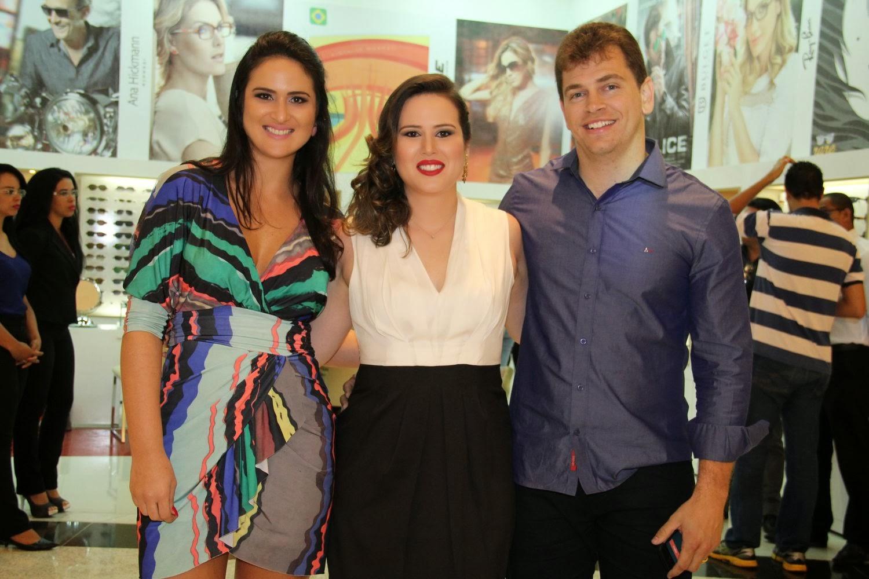 503bfcb6ed40b Os empresários Aline Diniz, Bruno Amaral e Leila Diniz, à frente das Óticas  Diniz no Distrito Federal, inauguraram mais uma unidade do maior grupo  ótico do ...