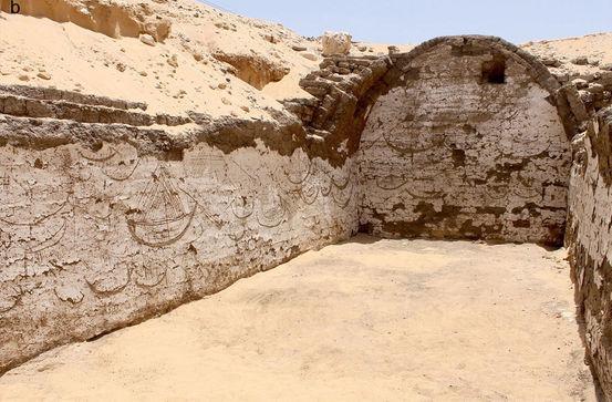 D'anciens bateaux égyptiens gravés