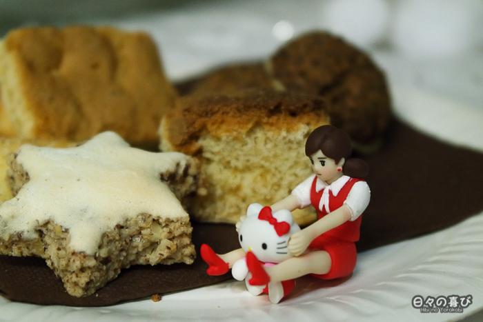 Fuchiko édition spéciale Hello Kitty sur le bord d'une assiette de cookies