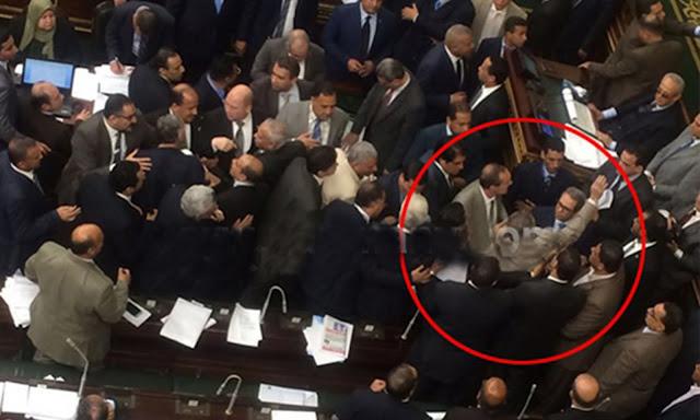 لحظة ضرب توفيق عكاشة بالجزمة داخل مجلس الشعب من النائب كمال أحمد