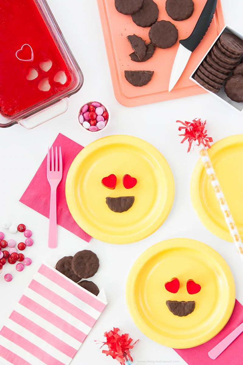 Emoji Party Tablescape and Decor - via BirdsParty.com