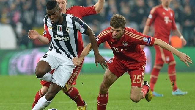 Paul Pogba et Thomas Müller à la lutte dans un match en Ligue des Champions