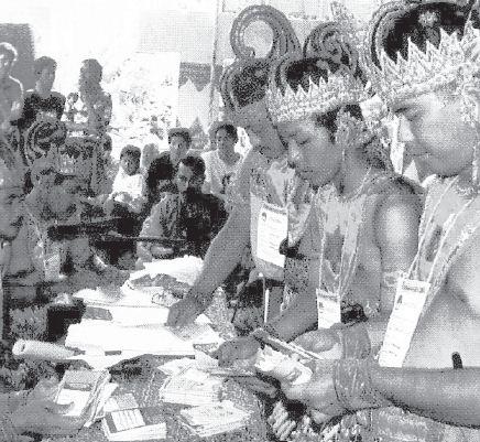 Para petugas Pemilu di Ngampilan, Yogyakarta 2004 lalu mengenakan baju tradisional. Pemilu adalah pesta rakyat yang diikuti dengan antusias oleh warga.