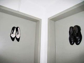Los letreros de baños públicos más divertidos - zapatos