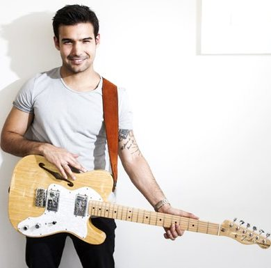 Foto de Ezio Oliva con su guitarra