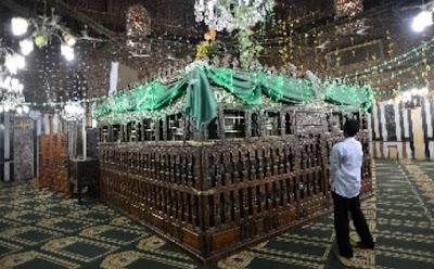 5 Ulama Salaf Mengomentari Hukum  Pembangunan Makam Orang Saleh